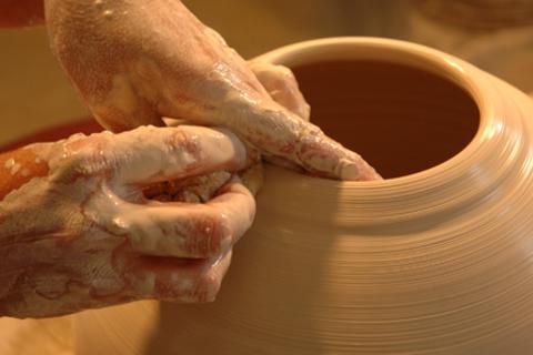 Мастер-классы по гончарному искусству для 1, 2 или 3 человек в «Аквилегии-АРТ»: изготовление гончарных изделий, обжиг, фотосессия на память! Скидка до 52%