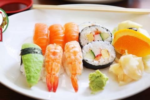 Сеты из роллов на выбор для вас и ваших друзей со скидкой 60% от ресторана доставки японской кухни «Студия Sushi»