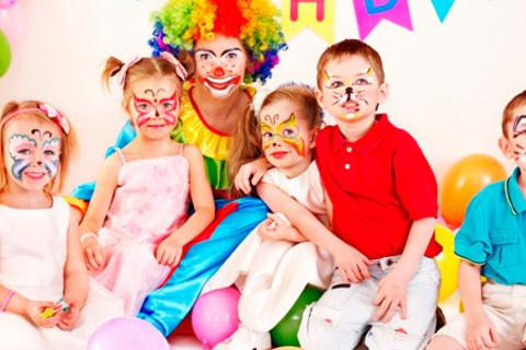 Воздушные шары, букеты из шаров, игровая программа, поздравление с днем рождения с выездом аниматора от праздничного агентства «Шут&Ко». Скидка до 58%