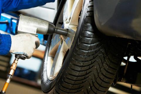 Шиномонтаж и балансировка четырех колес до R17 в автотехцентре на Южнопортовой. Скидка 59%