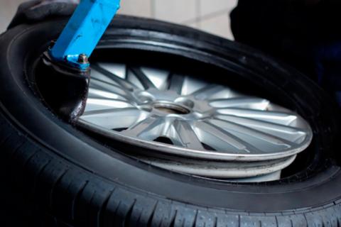 Шиномонтаж и балансировка колес в автосервисе на улице Авроры. Скидка до 56%