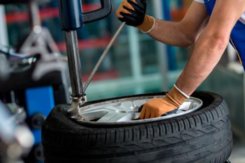 Шиномонтаж и балансировка четырех колес до R20 от компании Engine Pro. Скидка до 73%